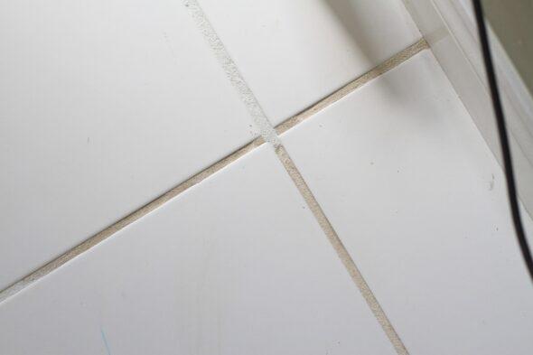 kitchen tiel after Grout Renew grout paint