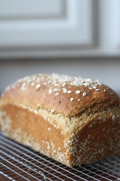 pain à l'avoine refroidissant sur une grille