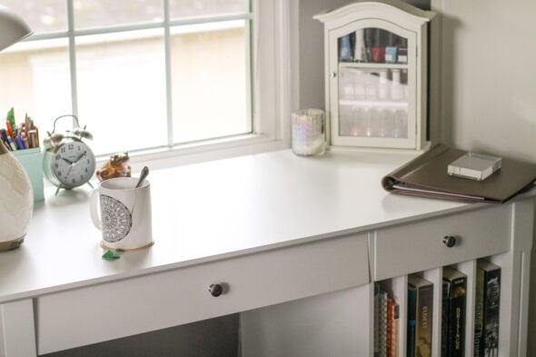 Sonia új fehér íróasztala
