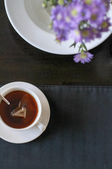 Tee im weißen Becher